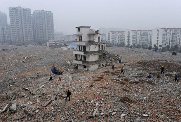 Foto de 2010 mostra casa que não foi demolida em canteiro de obras em Hefei, na província de Anhui (Foto: Reuters)