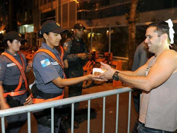 Manifestantes oferecem pedaços de bolo a policiais em um protesto perto da casa de Sérgio Cabral Foto: AFP
