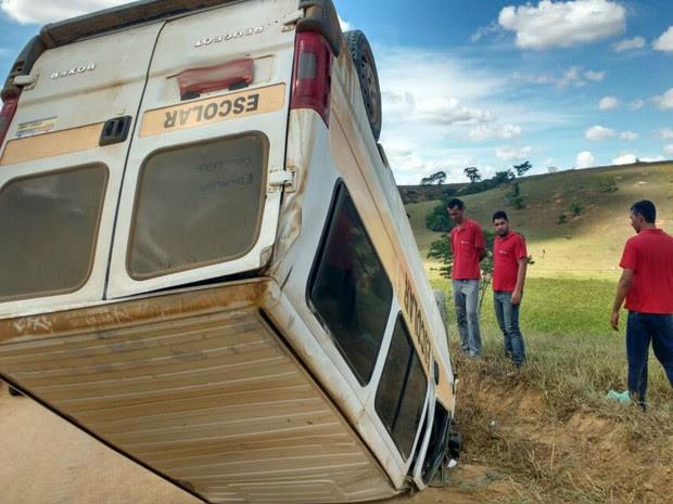Van escolar capotou na zona rural do município de Medeiros Neto, na Bahia (Foto: SulBahia News)