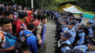 Policía hondureña corta el paso en la frontera con Guatemala.