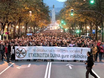 Manifestación contra los desahucios convocada por los sindicatos ELA, LAB, ESK, STEE-EILAS, EHNE, HIRU, CGT y CNT, junto con medio centenar de organizaciones locales.