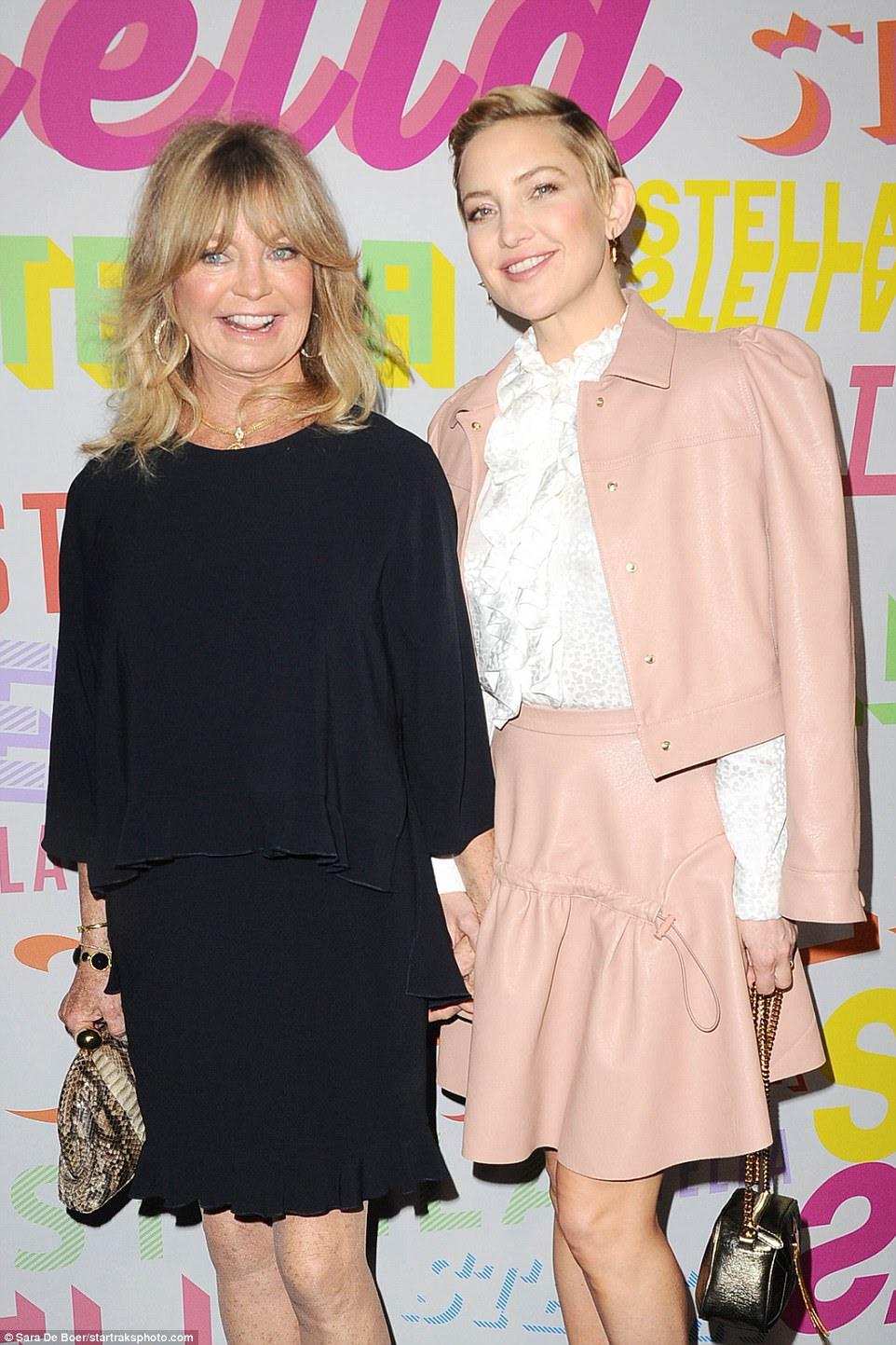Tempo da família: a mãe de Kate, Goldie Hawn, havia virado para o evento Stella McCartney, juntando uma blusa preta com uma saia preta e posando ao lado de sua filha