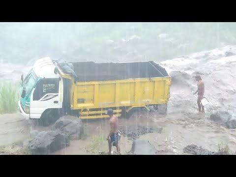 Video: Detik-Detik Truk Pengakut Pasir Terjebak Lahar Diingin