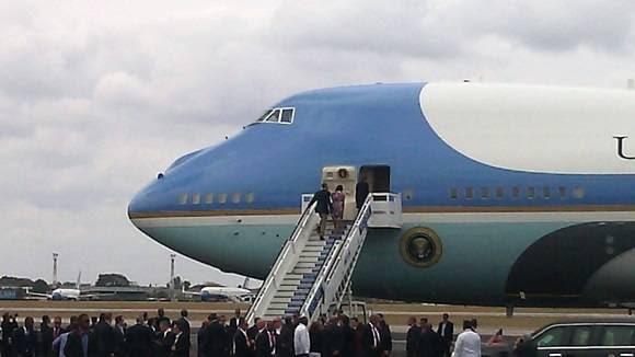 Momento de la partida. Obama y  Michelle en la escalerilla del avión.