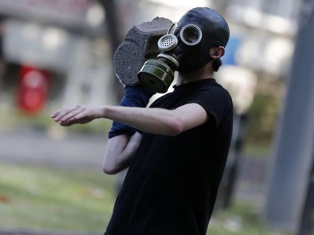 Manifestante se prepara para jogar uma pedra durante a manifestação em Istambul contra o governo neste sábado (1). (Foto: Murad Sezer/Reuters)