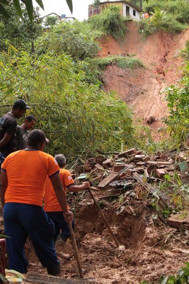 Deslizamento deixa quatro mortos em Camaragibe (Foto: Helia Scheppa/JC Imagem/AE)