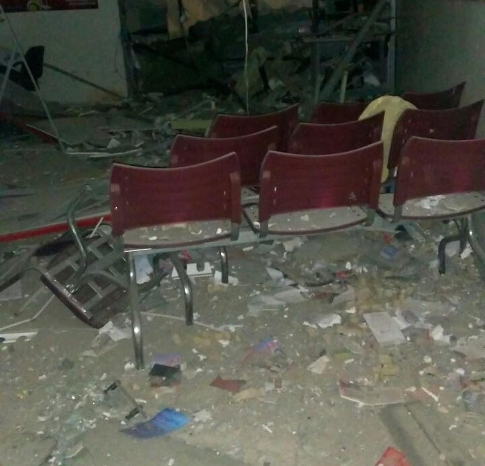 Banco  ficou completamente danificado (Foto: Polícia Militar/Divulgação)