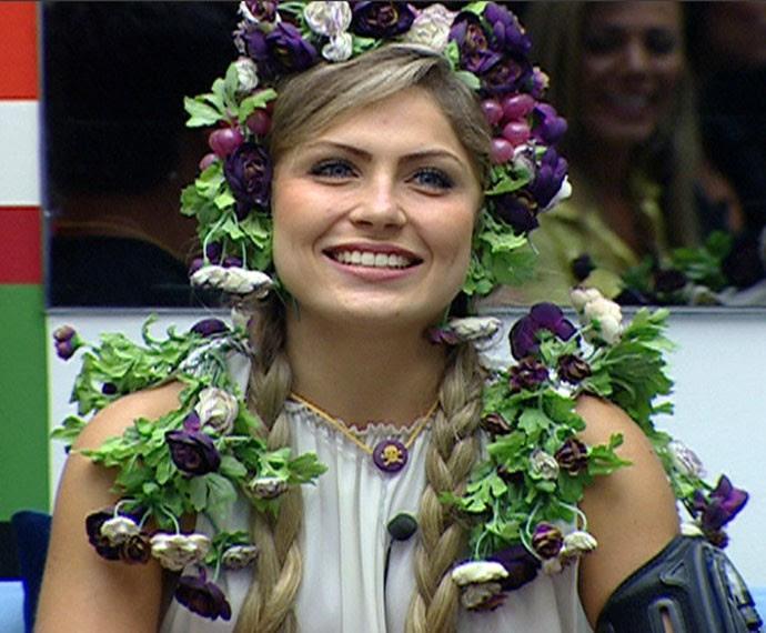 A loira ficou linda até mesmo cumprindo o castigo do Monstro (Foto: TV Globo)