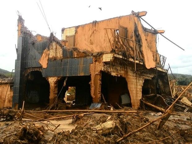 24/11 - Rejeitos de minério da Samarco destruíram o distrito de Bento Rodrigues, em Mariana (Foto: Aline Aguiar/ TV Globo)