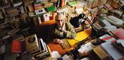 Ezio Raimondi alla scrivania del suo studio, a Bologna, circondato da volumi (foto di Monica Silva)