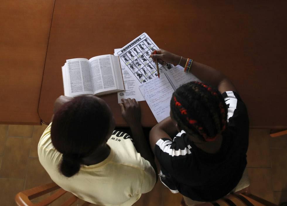 Dos víctimas de trata estudian en una casa de acogida de la ONG Proyecto Esperanza, este abril