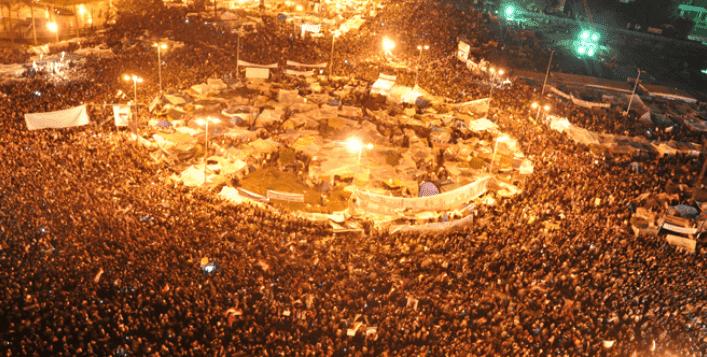 Manifestação na Praça Tharir, no Cairo, em 10 de fevereiro de 2011 (Foto: Jonathan Rashad/ Creative Commons / Wikimedia Commons)