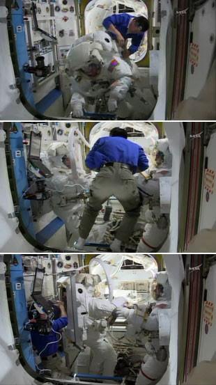 O astronauta Koichi Wakata, do Japão, ajuda os astronautas Rick Mastracchio e Steve Swanson em sua preparação para a caminhada espacial (Foto: AFP/Handout/NASA TV)