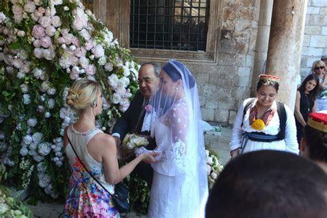 Bride enters the Sponza Palace, wedding ceremony start