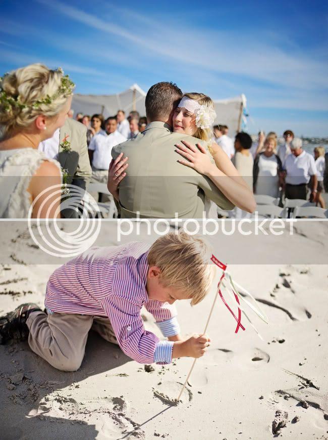 http://i892.photobucket.com/albums/ac125/lovemademedoit/welovepictures/StrandKombuis_Wedding_075.jpg?t=1324654955