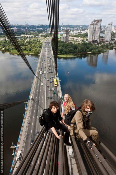 sentados en los tubos de un puente