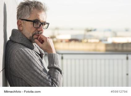 Kurze Graue Haare Brille Stilvolle Frisuren Für Jeden Tag