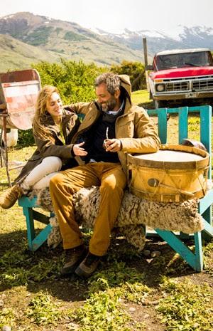 Isabelle Drummond e Domingos Montagner se diveretem em gravação (Foto: João Miguel Jr./TV Globo)