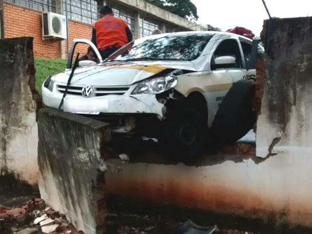 Impacto foi tão forte que parte do muro do Detran em Nova Esperança desabou.  (Foto: Arquivo Pessoal/Julio Cesar Mendes Lima )
