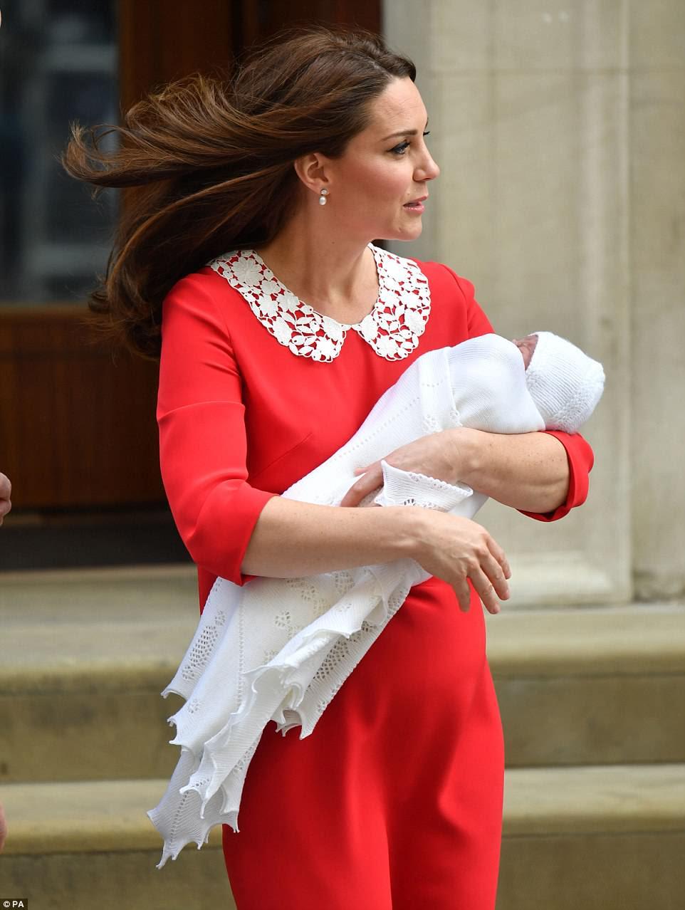 La delicada manta tejida del bebé coincidía con su sombrero de punto