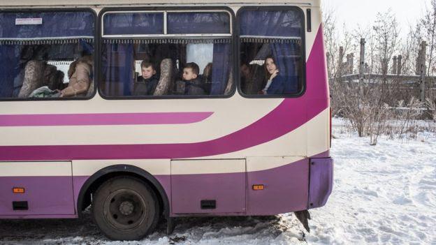 Ônibus com crianças em Avdiivka