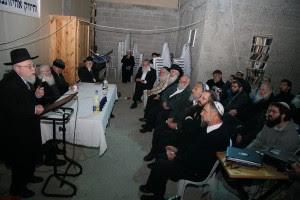 Dov Lior, a la izquierda, se dirige a un grupo de rabinos ultraortodoxos