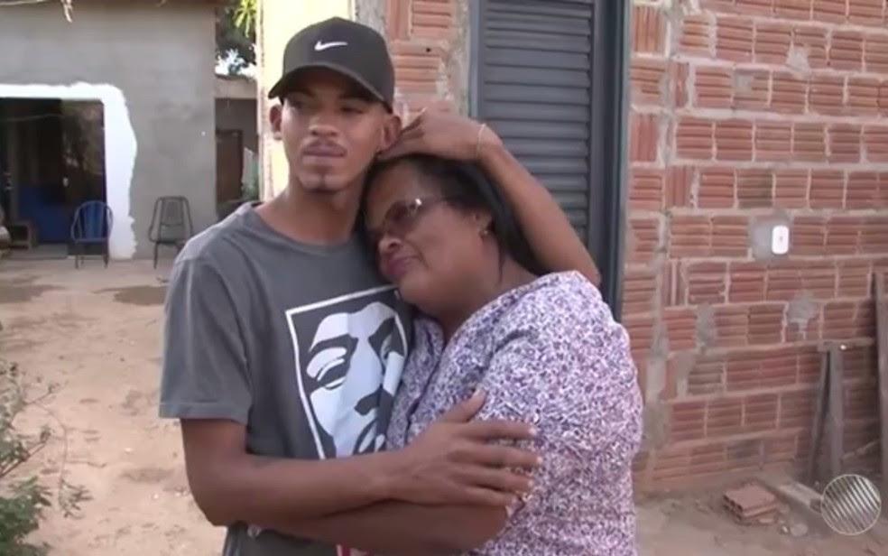 Jovem reencontrou mãe após procurar no quadro Desaparecidos, do Bahia Meio Dia (Foto: Reprodução/ TV Oeste)