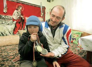 Nu cu mulţi ani în urmă, Valentin Rebegea a cunoscut gloria prin lupte. Astăzi, el nu are mijloacele materiale necesare pentru a-şi salva fiul