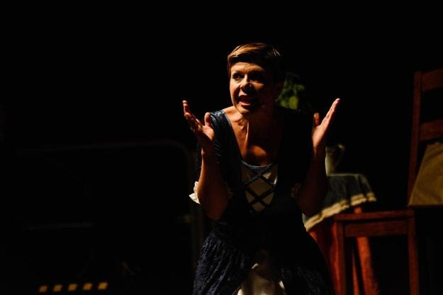 Platea medievale vaghe donne l 39 amore ai tempi della peste in scena a roma - L amore infedele scena bagno ...