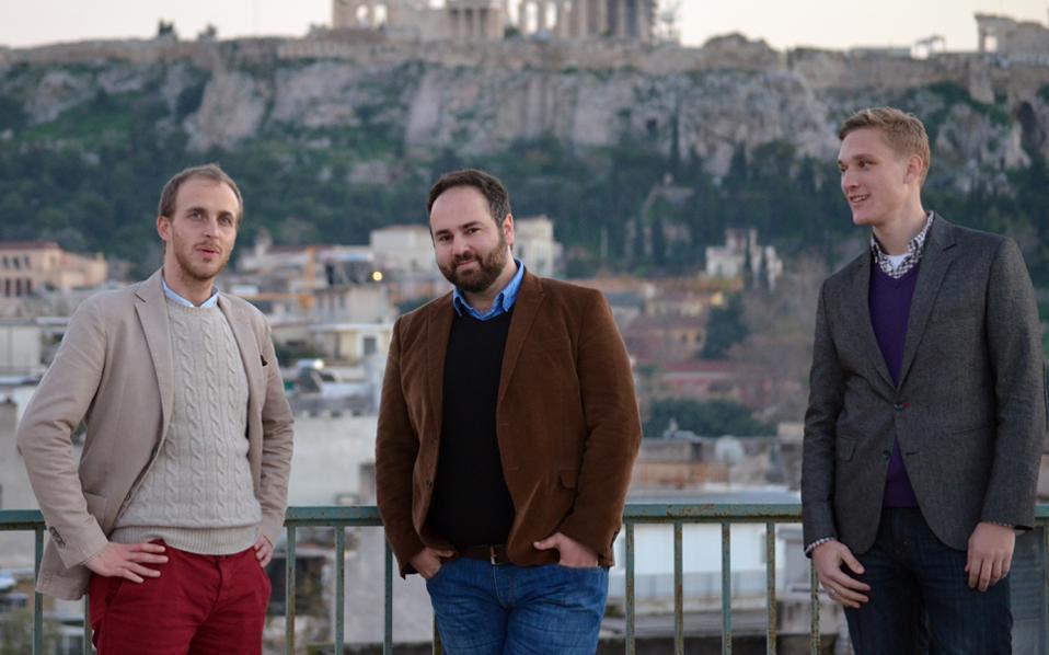 Ο Ιταλός Nicola Robecchi, ο Παύλος Γεωργιάδης και ο Τσέχος Petr Jiskra, συνιδρυτές του We Deliver Taste που βοηθάει μικρούς παραγωγούς να «ακουστούν» στην οχλοβοή της παγκόσμιας αγοράς.