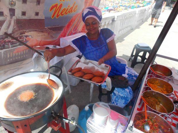 Baiana de acarajé espera vender mais com a chegada do sol forte no verão (Foto: Yuri Girardi/G1)
