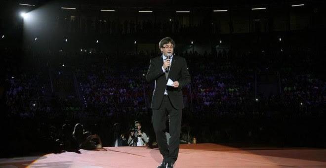 El presidente de la Generalitat, Carles Puigdemont, durante su intervención en el Tarraco Arena donde se celebró un acto unitario del independentismo en favor de la celebración de un referéndum el 1 de octubre.| JAUME SELLART (EFE)