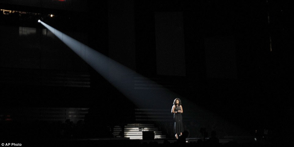 O foco solitário: Hudson cantou a cappella sozinho no palco do Grammy