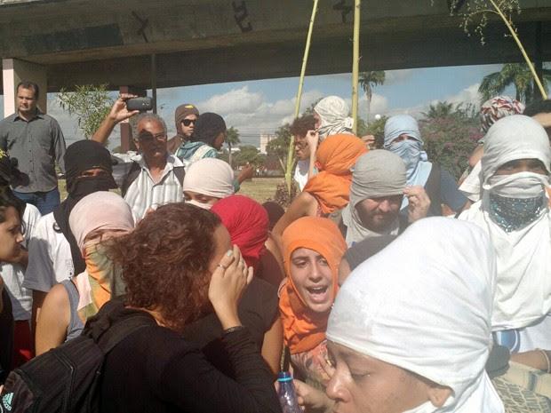 Após retirada, confusão continuou do lado de fora da Reitoria (Foto: Penélope Araújo/G1)