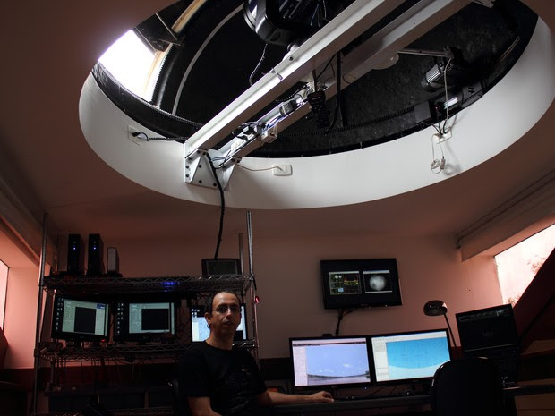 Astrônomo amador mostra estação de observação que construiu em sua casa em Mogi das Cruzes (Foto: Jamile Santana/G1)