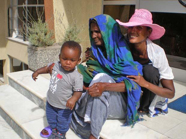 Waris Dirie (direita), com a mãe Fatuma e o filho, Leon.