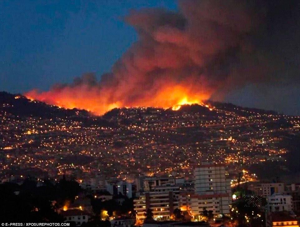 O céu nocturno em Marselha é iluminada pelas chamas na encosta.  Moradores estão apavorados ele vai se espalhar para os subúrbios