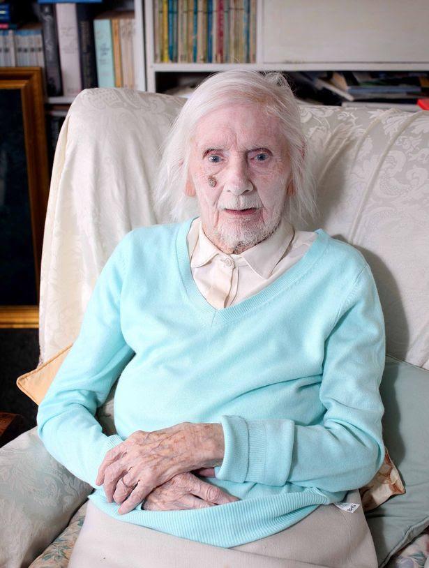 Novalist Ida Pollock ηλικίας 105, στο σπίτι της στο Lanreath, Cornwall