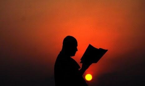 Orang membaca Alquran.  (ilustrasi)