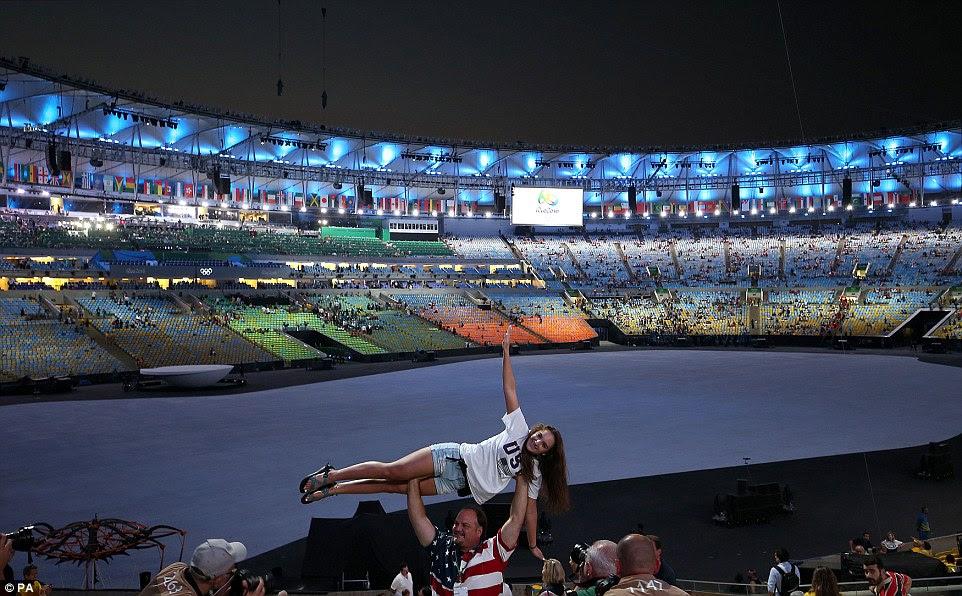 Aqui se trata: Dois adeptos da equipa EUA eram chegadas antecipadas no Estádio do Maracanã para a Cerimônia de Abertura