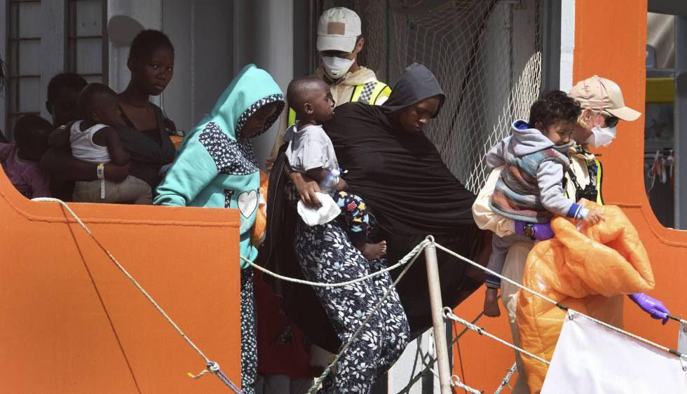 Un grupo de inmigrantes desembarca en Salerno el pasado martes.