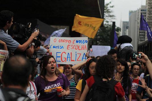 Mulheres fazem protesto em frente ao Masp, na Avenida Paulista, em defesa da legalização do aborto. Foto: Rafael Arbex/Estadão