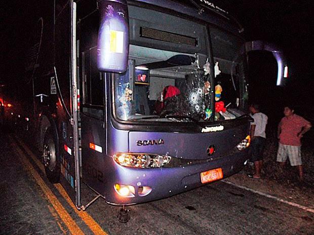 Tiros atingiram o vidro dianteiro do ônibus; motorista e um passageiros ficaram feridos pelos estilhaços (Foto: Francisco Coelho/Focoelho.com)