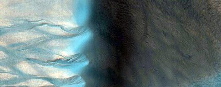 Uma duna gigante e suas ravinas coloridas artificialmente (Foto: NASA/JPL/University of Arizona)