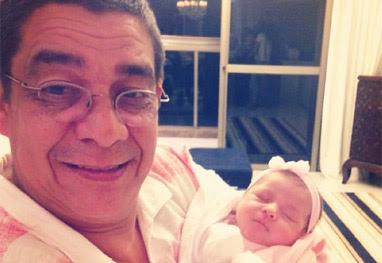 Zeca Pagodinho mima a neta recém-nascida - Reprodução instagram