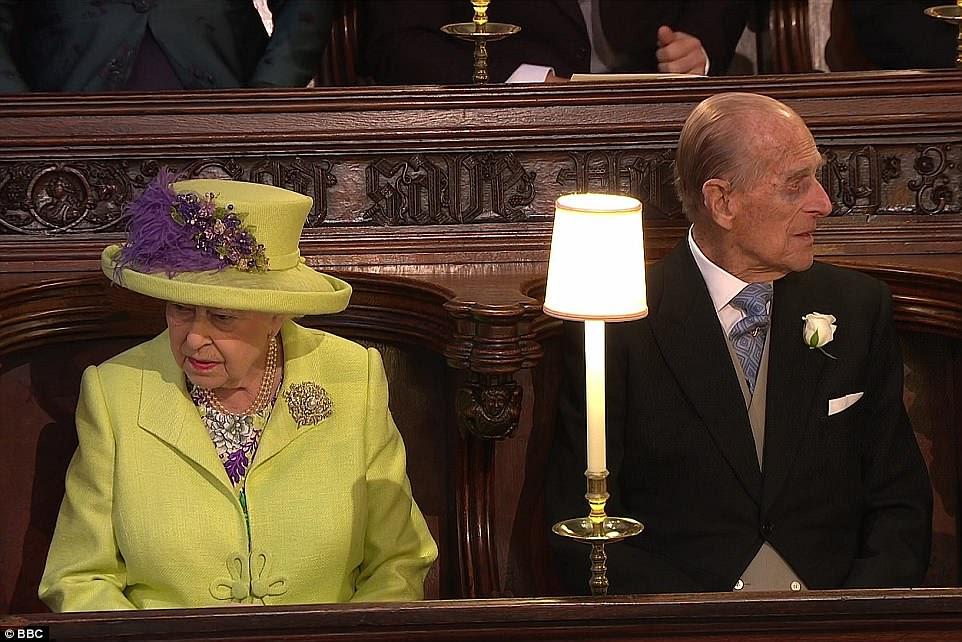 La Reina se sentó al lado de su esposo el Príncipe Felipe en la Capilla de San Jorge en el Castillo de Windsor en Berkshire