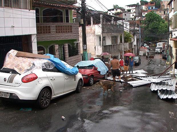 Telhado de casa desaba e atinge veículos na rua, em Salvador (Foto: Reprodução/TV Bahia)