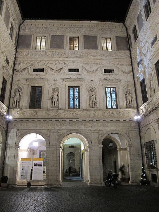 Palazzo svärd på natten, gården 04.jpg