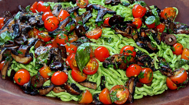 Fideos Verdes con Salsa del Mediterráneo