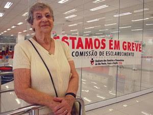 Isaura Lopes foi à agência mesmo sabendo da greve e não encontrou ninguém para ajudá-la (Foto: Fábio Tito/G1)